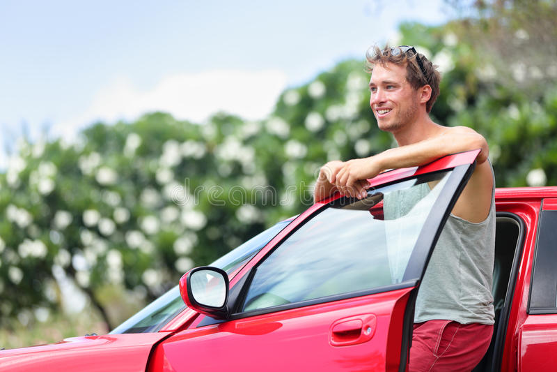 Proprietário de carro - homem novo e carro vermelho novo fora imagens de stock royalty free