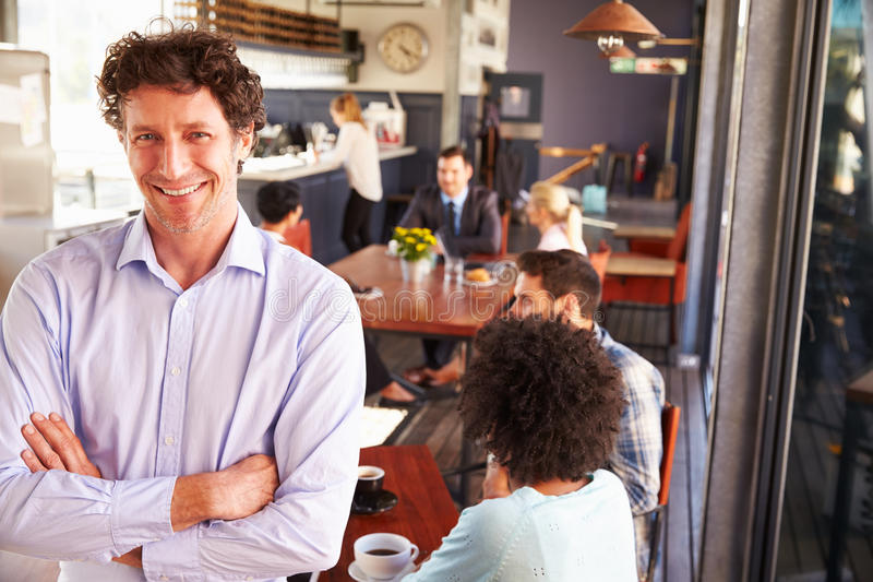 Proprietário de restaurante masculino, retrato com os braços cruzados fotos de stock