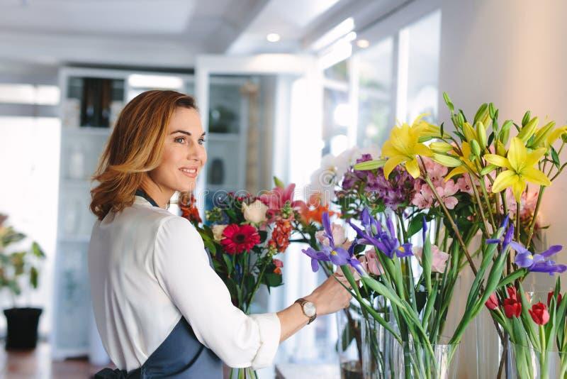 Proprietário do florista fazendo arranjos florais novos fotos de stock