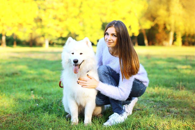 Proprietário e cão felizes da mulher do retrato no parque fotos de stock royalty free