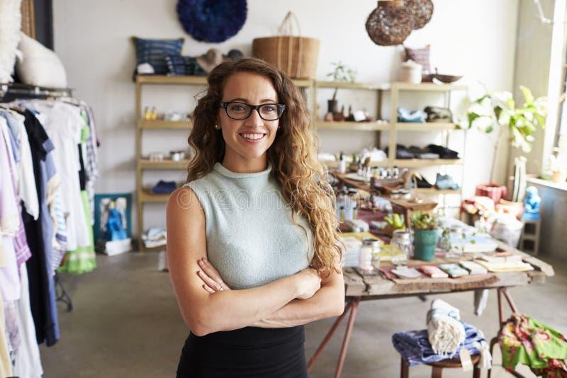 Proprietário empresarial fêmea novo em uma loja de roupa, retrato fotografia de stock