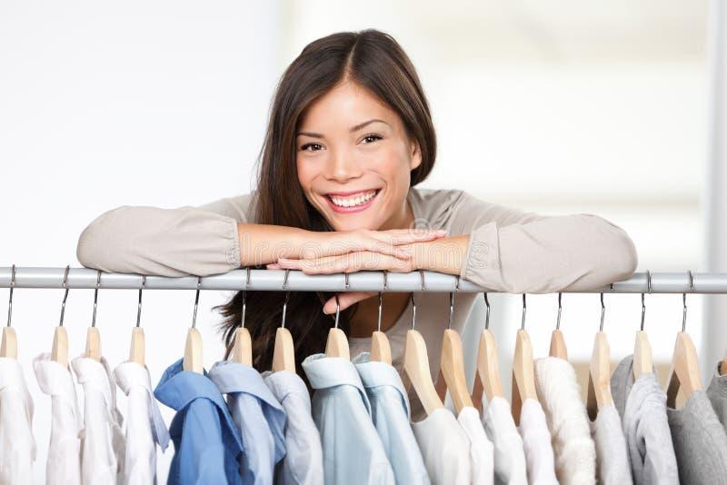 Proprietário empresarial - loja da roupa. fotografia de stock