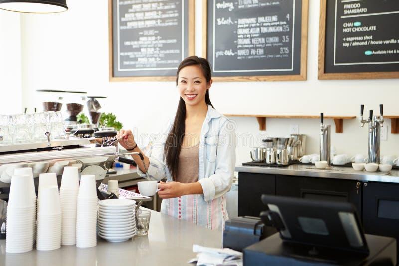 Proprietário fêmea da cafetaria foto de stock