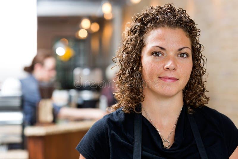 Proprietário fêmea seguro no café imagem de stock royalty free