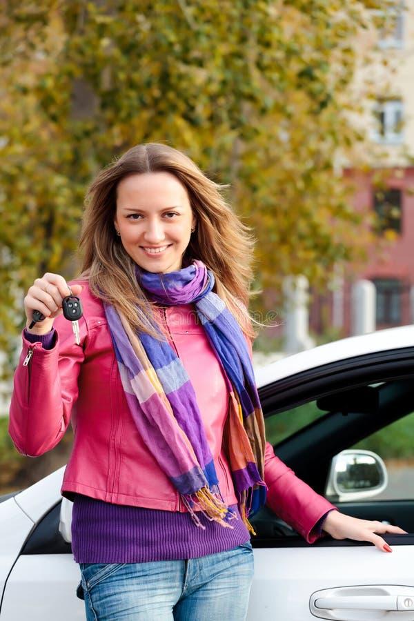 Proprietário feliz de um carro imagem de stock