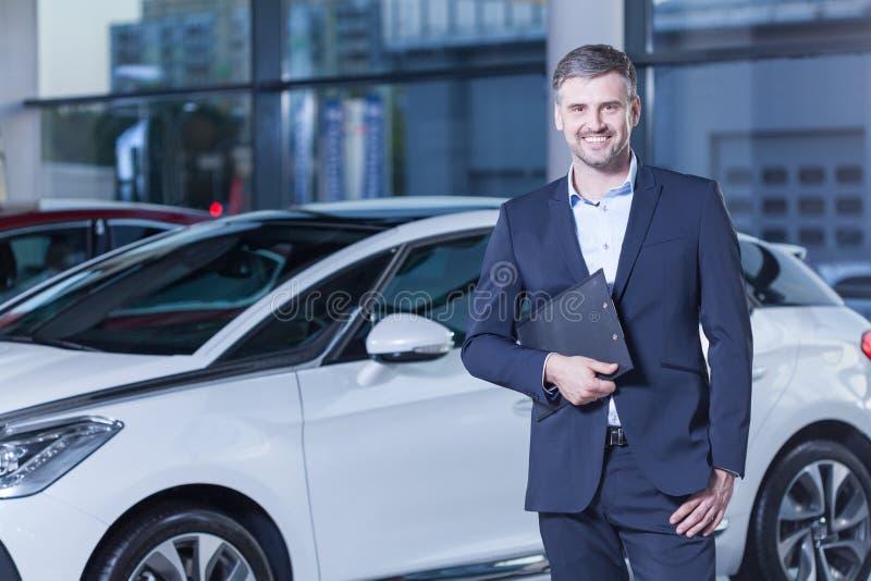 Proprietário feliz do carro novo fotos de stock royalty free