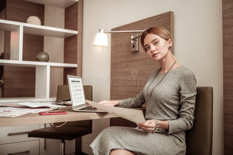 Proprietário novo da empresa bem sucedida que trabalha na programação foto de stock