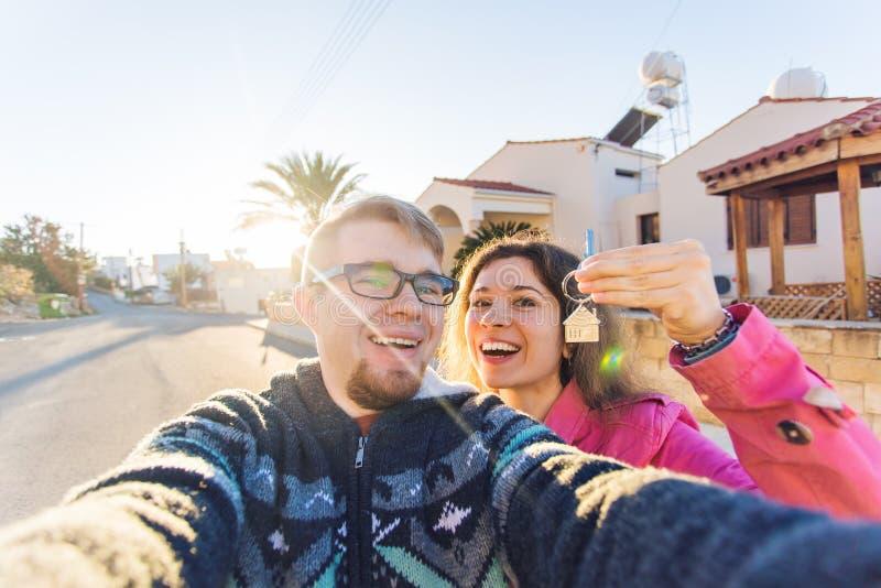 Proprietários de casa novos com chave imagens de stock royalty free