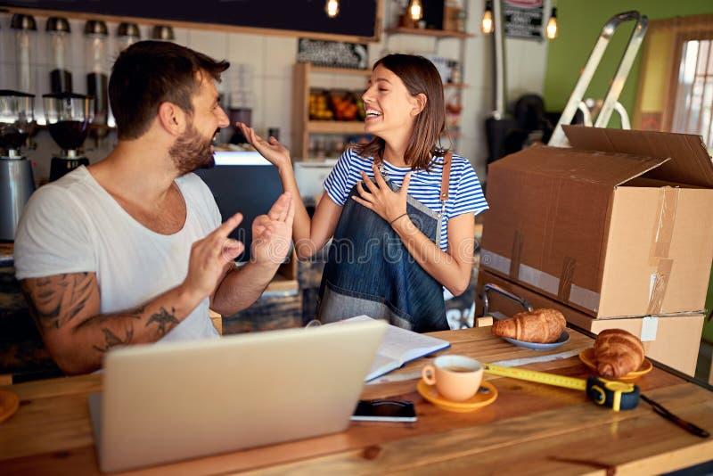 Propriet?rios de cafetaria felizes Funcionamento novo do propriet?rio empresarial imagens de stock