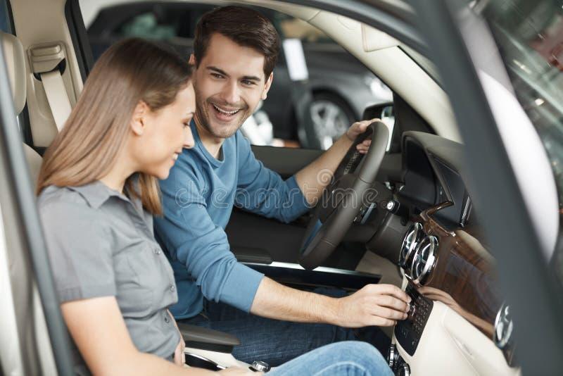 Proprietari di automobile felici. Belle giovani coppie che si siedono al Se anteriore fotografia stock