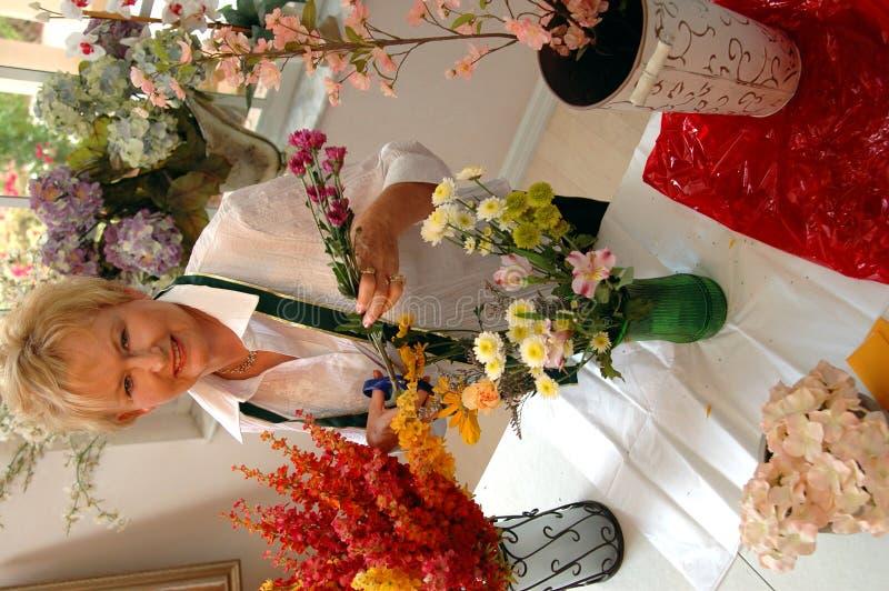 Proprietario di negozio del fiorista fotografie stock