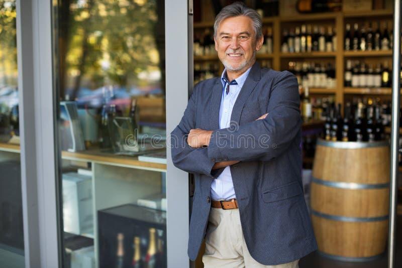 Proprietario di negozio del vino immagini stock libere da diritti