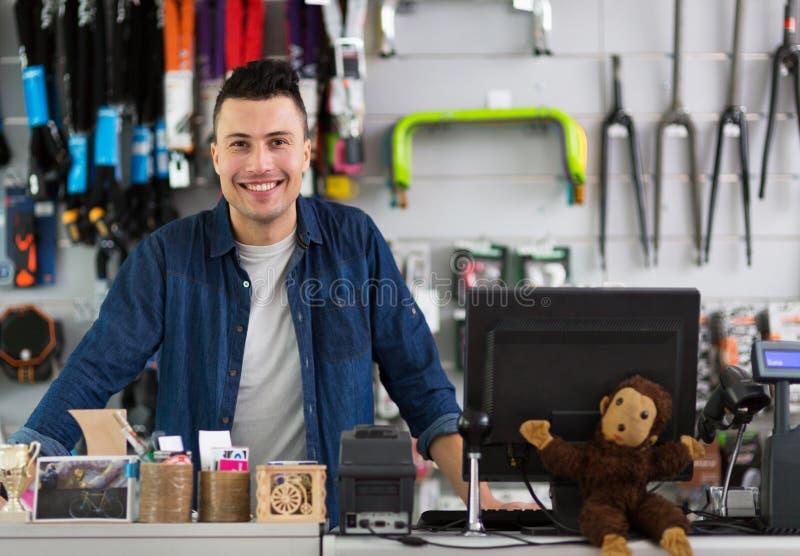 Proprietario di negozio nell'officina della bicicletta immagini stock libere da diritti
