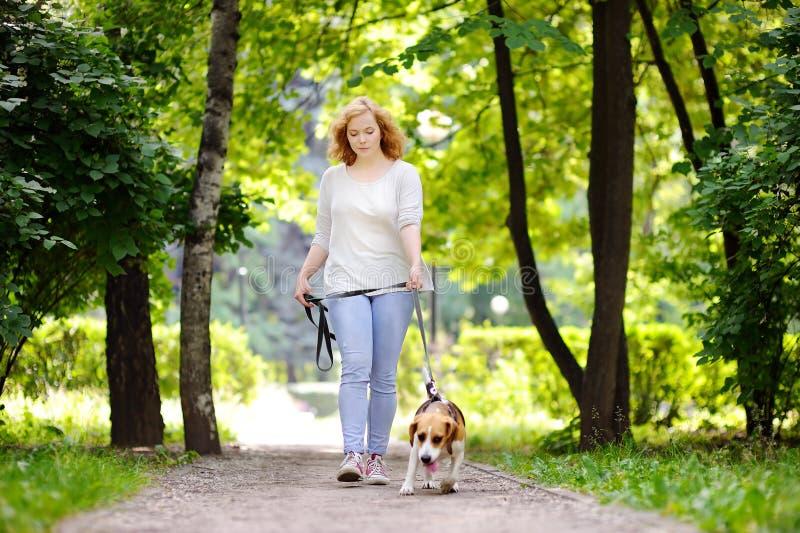 Proprietario femminile amoroso con il suo animale domestico domestico immagini stock libere da diritti