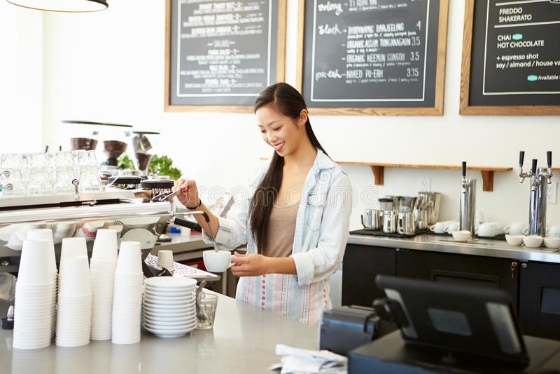 Proprietario femminile della caffetteria immagine stock