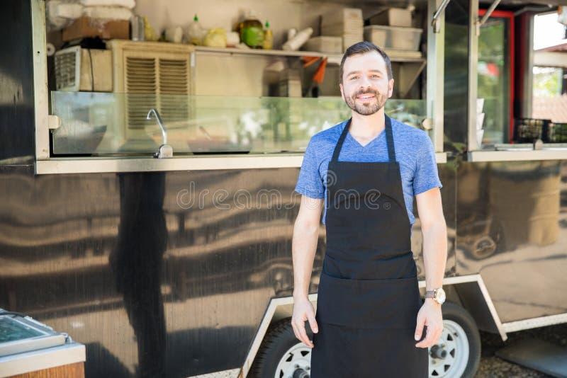 Proprietario maschio del camion dell'alimento fotografie stock