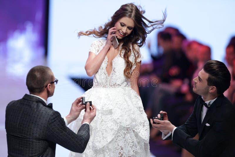 Propuesta de matrimonio de Sofia Fashion Week fotos de archivo