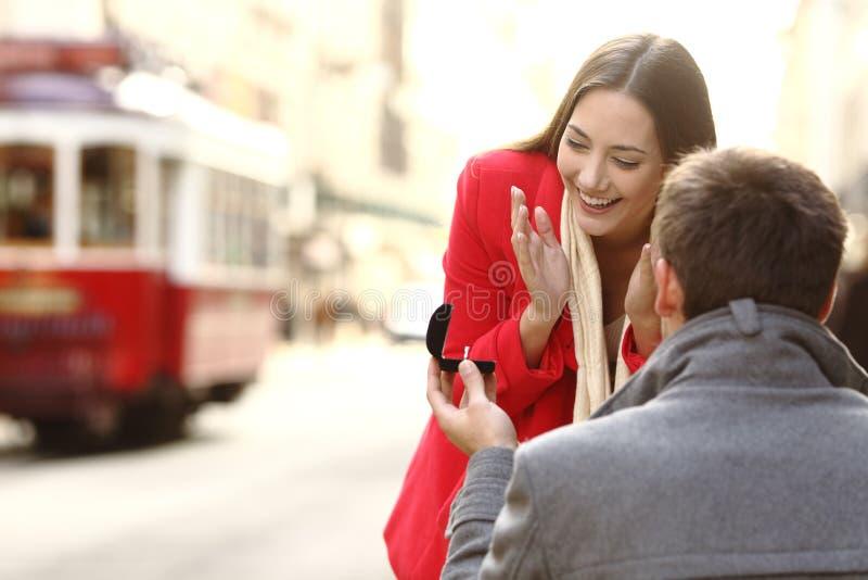 Propuesta de matrimonio en la calle fotografía de archivo