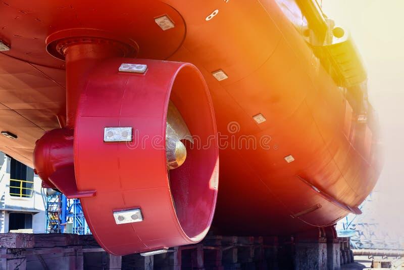 Propulseur au bateau sévère avec le coucher du soleil dans le chantier naval photos stock