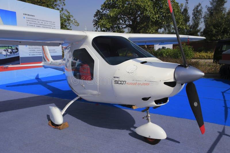 Propulseur et nez d'un avion blanc de voilure fixe de moteur simple photographie stock libre de droits