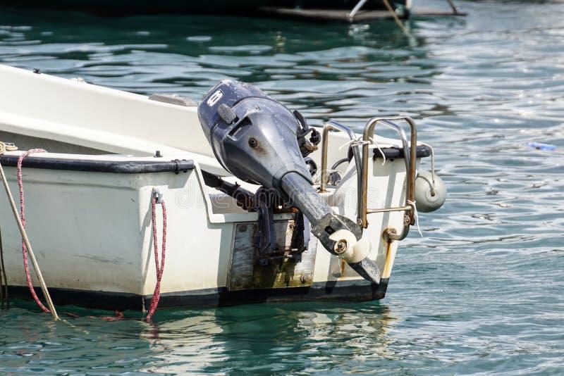 Propulseur extérieur de moteur sur la mer photographie stock