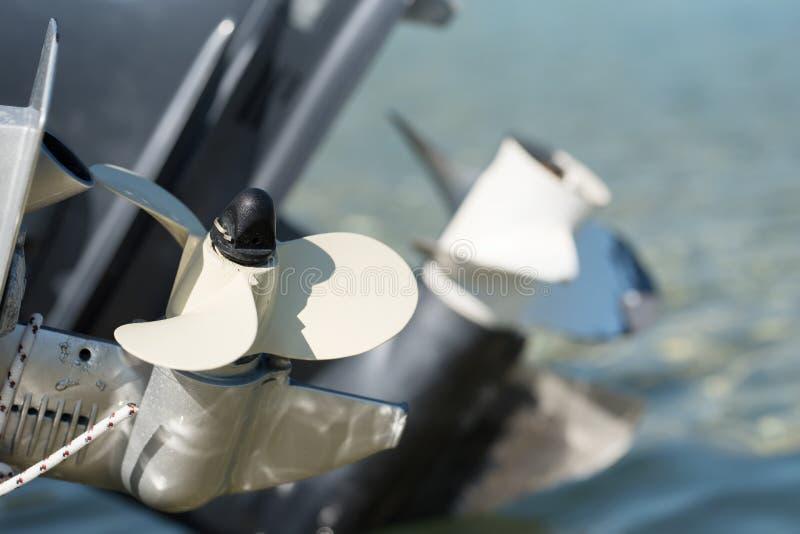 Propulsores del motor del barco sobre el agua imagenes de archivo