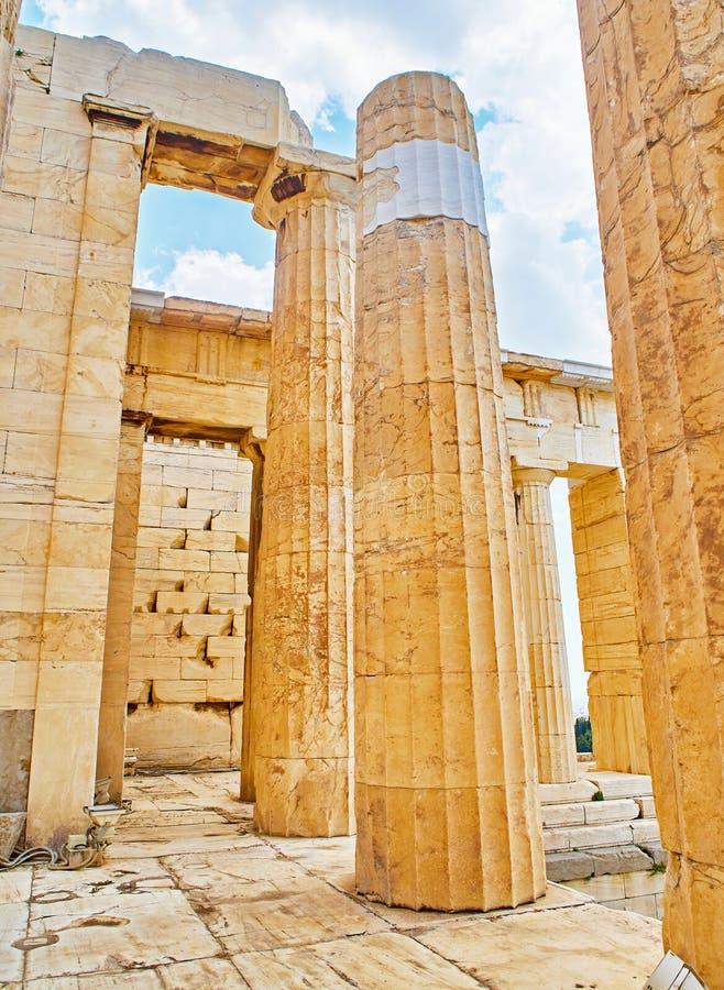 Propylaea, старое ворот к афинскому акрополю Афиныы, Греция стоковые изображения rf