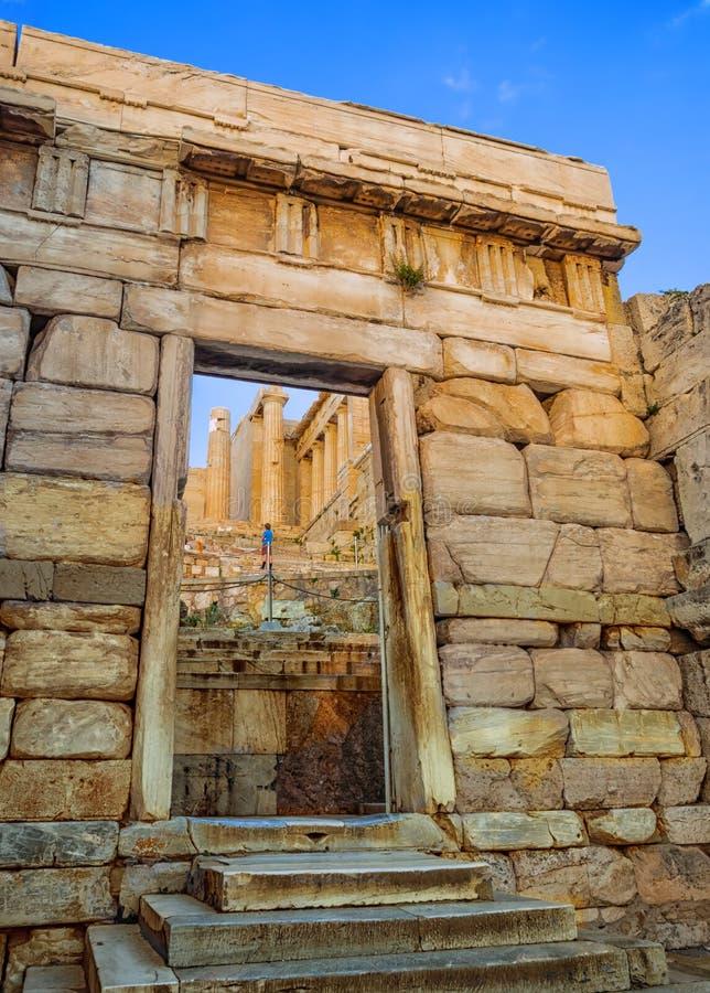 Propylaea-Eingang zum Akropolishügelbereich in Athen, Griechenland gegen Sonnenuntergang lizenzfreies stockfoto