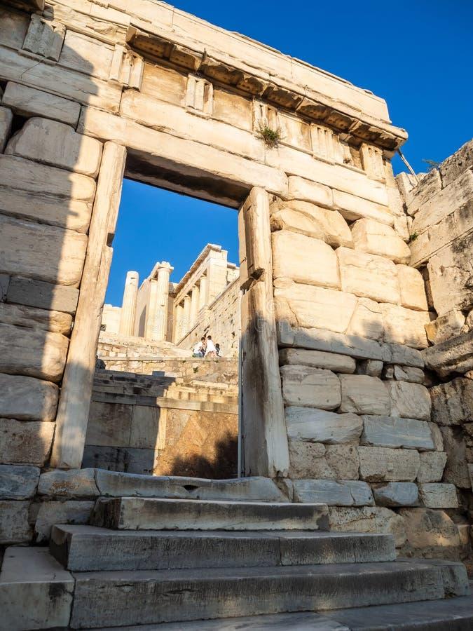 Propylaea-Eingang zum Akropolishügelbereich in Athen, Griechenland gegen Sonnenuntergang lizenzfreie stockfotografie