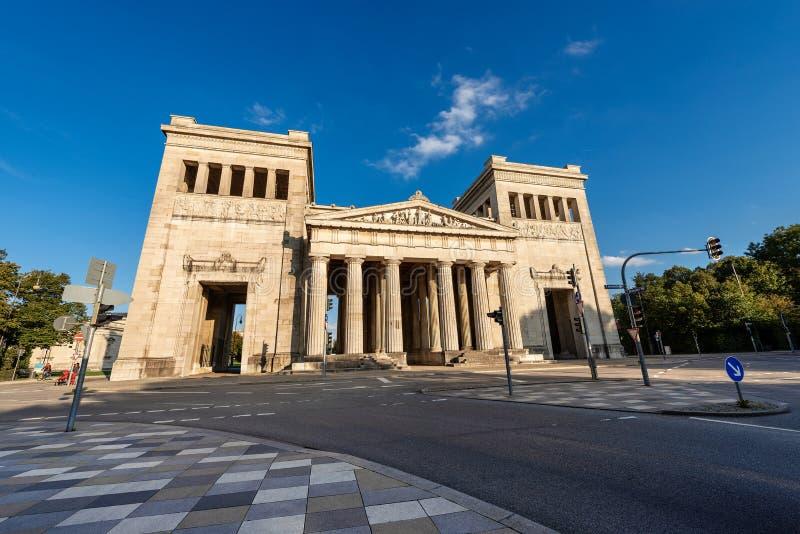 Propylaea eller Propylaen - stadsport i den Munich Tyskland fotografering för bildbyråer