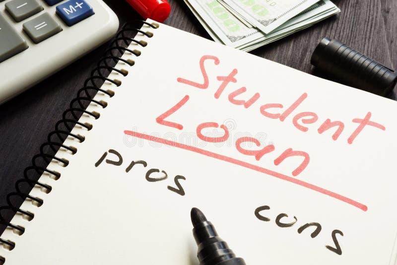 Pros van de studentenlening - en - cons. op een pagina worden geschreven die stock afbeelding