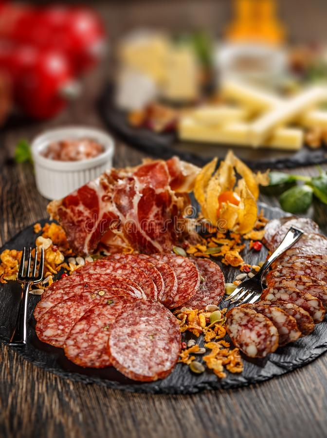 Prosciutto, σαλάμι και λουκάνικα στοκ εικόνα με δικαίωμα ελεύθερης χρήσης