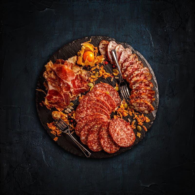 Prosciutto, σαλάμι και λουκάνικα στοκ φωτογραφία με δικαίωμα ελεύθερης χρήσης