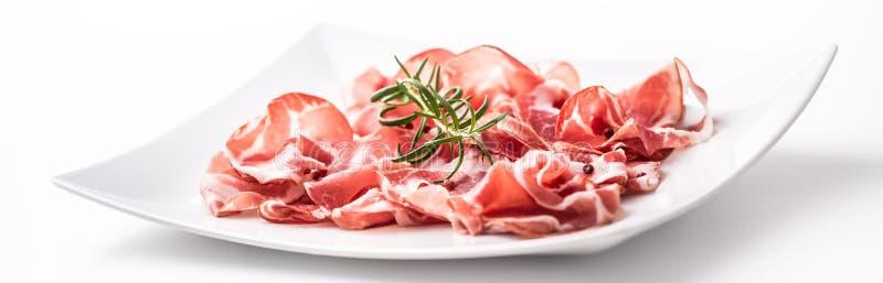 prosciutto 卷曲的切片与r的可口意大利熏火腿 免版税库存照片