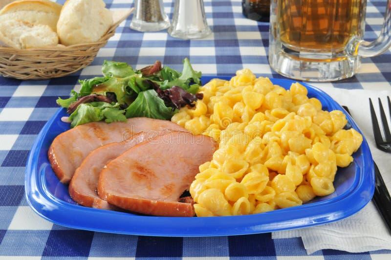 Prosciutto arrostito con maccheroni e formaggio fotografia stock libera da diritti