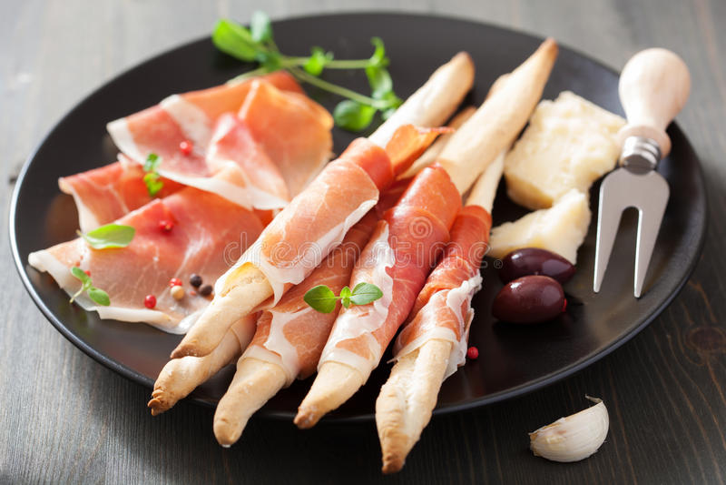 Prosciutto baleron i grissini chlebowi kije Włoski antipasto zdjęcia royalty free