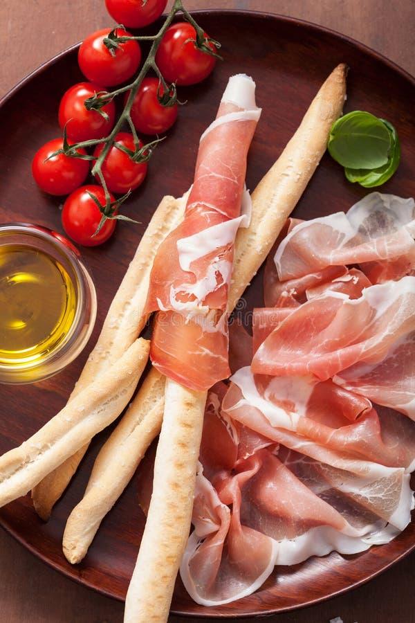Prosciutto baleron i grissini chlebowi kije Włoski antipasto obraz stock