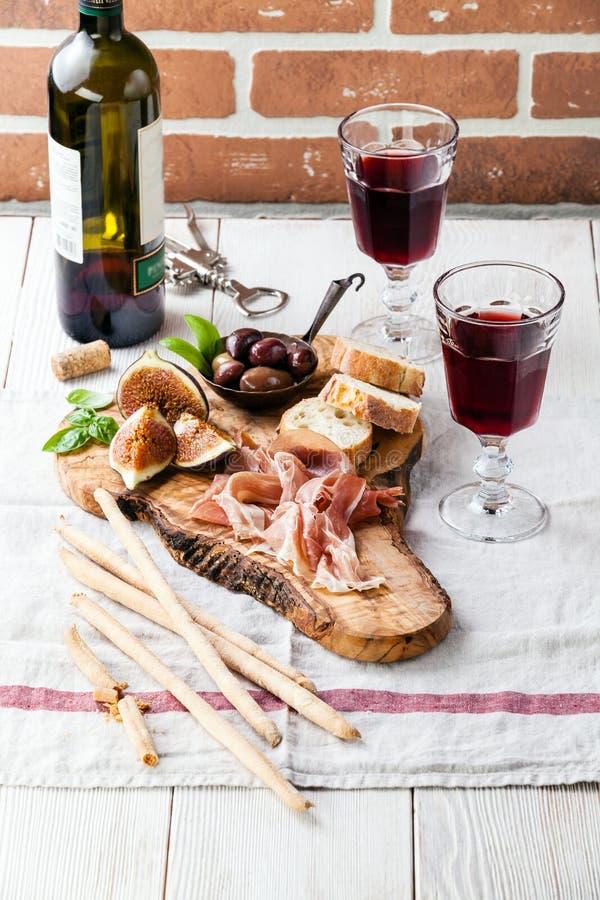 Prosciutto baleron, oliwki i czerwone wino, zdjęcie stock