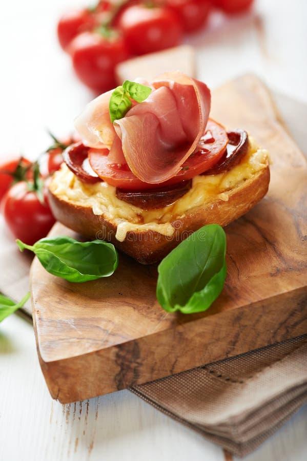 prosciutto crostini доски деревянное стоковое фото rf