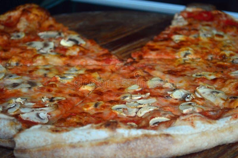 Prosciutto del formaggio e pizza del fungo da vendere fotografia stock