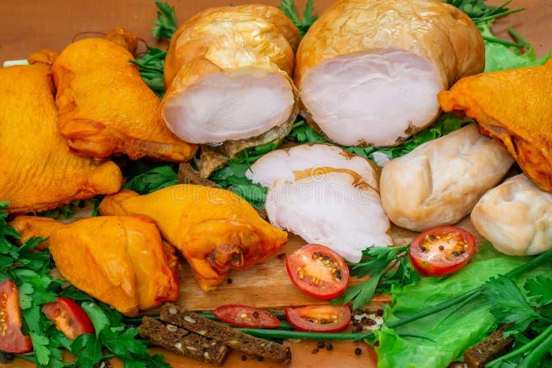 Prosciutto e petto con insalata, la cipolla ed il pane fotografia stock libera da diritti