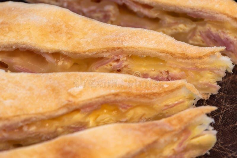 Prosciutto e torta di formaggio casalinghi squisiti immagine stock libera da diritti