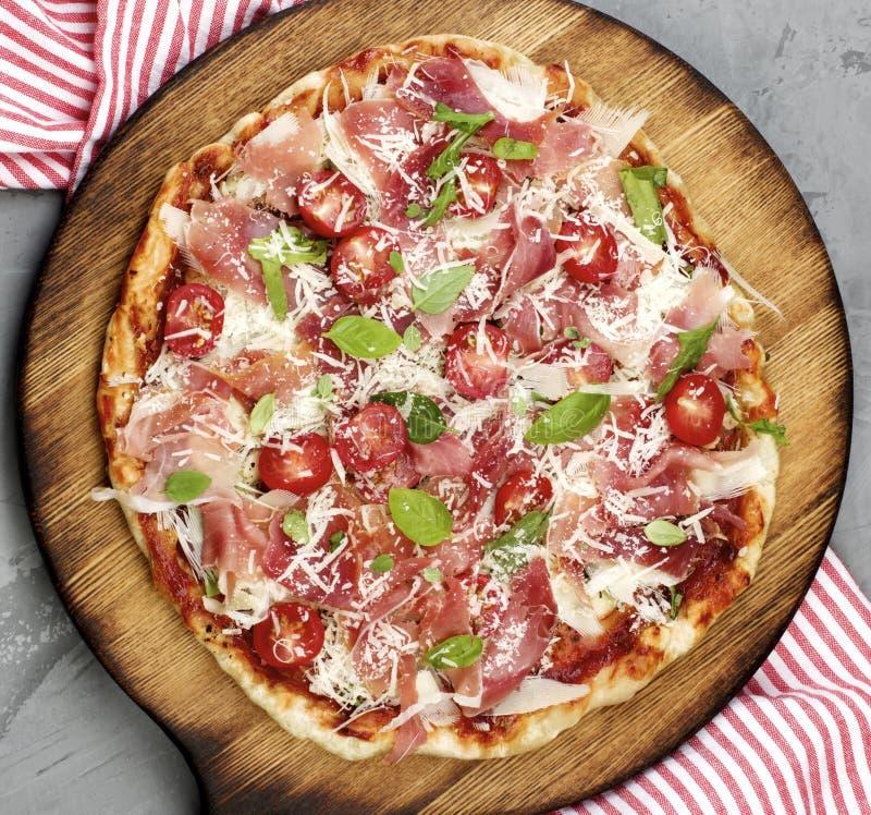Prosciutto i pomidor pizza zdjęcie stock