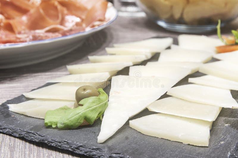 Prosciutto iberico seguente del formaggio a pasta dura un certo pronto per il tapeo spagnolo tipico Concetto del cugino e di viag immagine stock libera da diritti