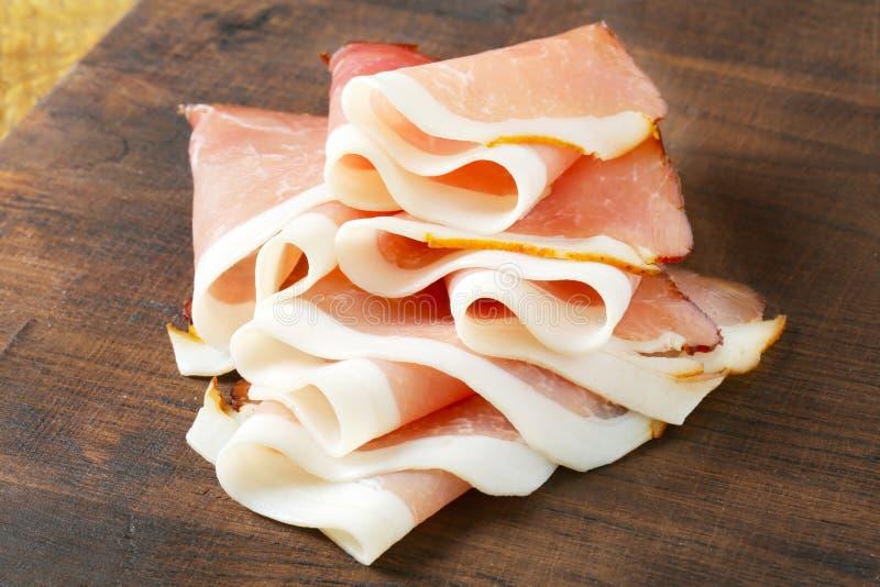 Prosciutto légèrement coupé en tranches image libre de droits