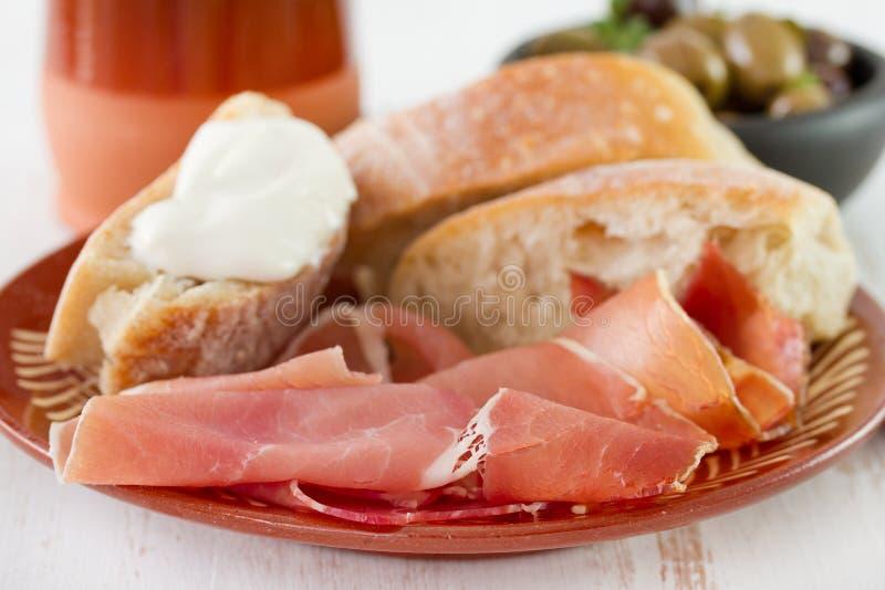 Prosciutto med bröd fotografering för bildbyråer