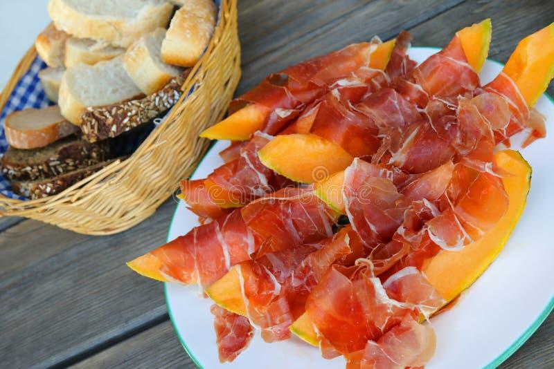 Prosciutto met kantaloepmeloen die wordt gediend royalty-vrije stock foto's