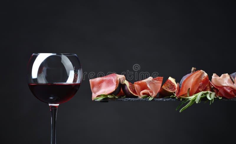 Prosciutto mit Feigen, Rotwein und Rosmarin lizenzfreie stockfotografie