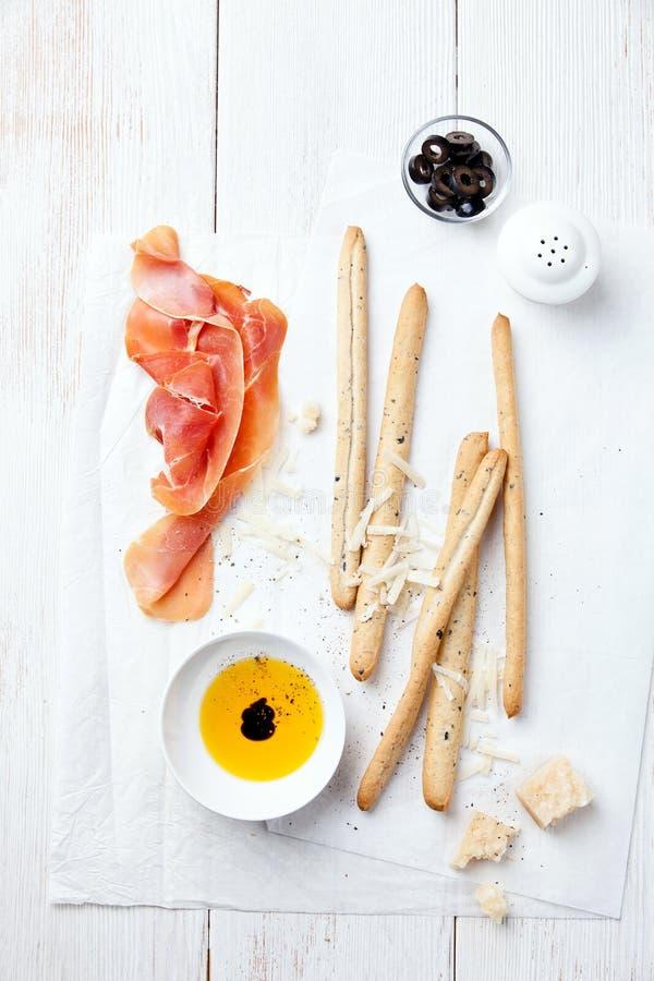Prosciutto-, ost- och brödpinnar arkivfoto