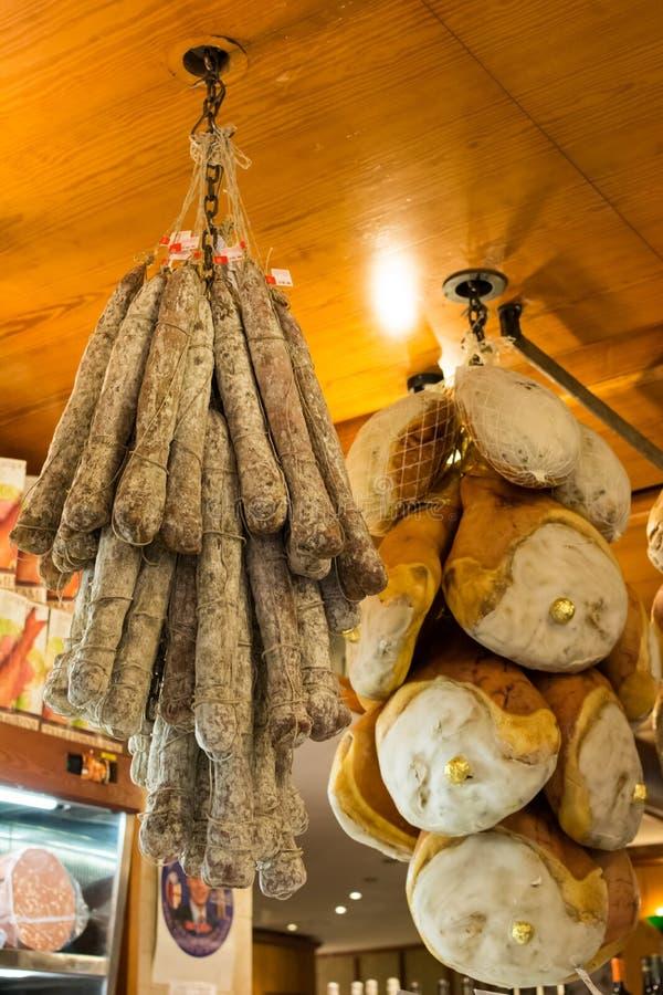 Prosciutto para la venta en Bolonia fotografía de archivo